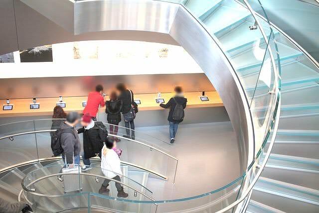 4アップルストア表参道店らせん階段