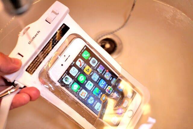 防水仕様のiPhoneまで待てないので、防水ケースを試してみた