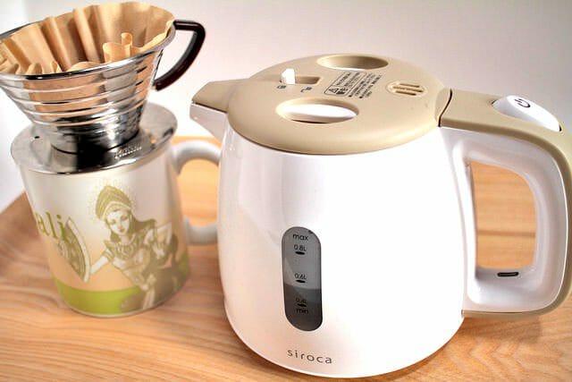 電気ケトルでコーヒーをいれ、抽出かすを消臭剤にするエコな方法
