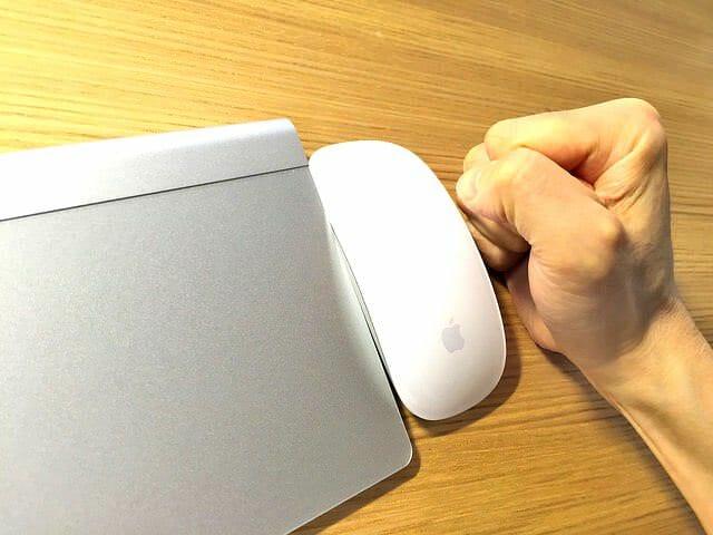 Apple純正のBluetoothマウスやトラックパッドが操作中に一瞬止まるのです(ToT)