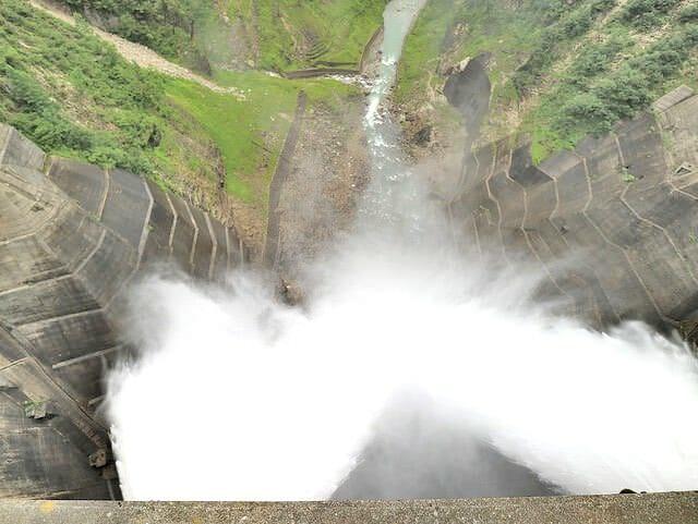 黒部ダム上部から放水見下ろし