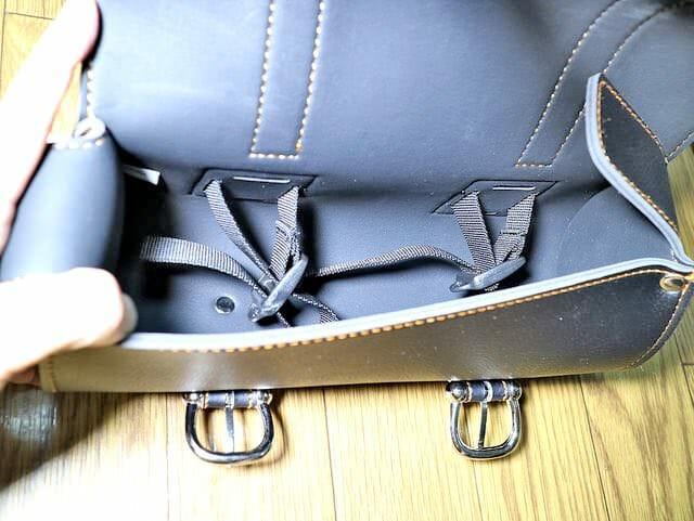 フロントフォークツールバッグ取り付けベルト内側