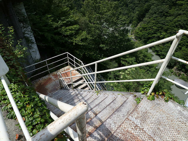 寸又峡夢の吊橋へ急な下り階段