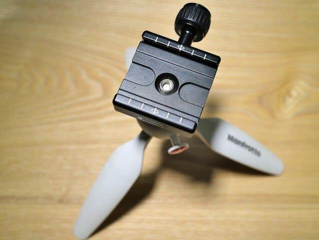 Peak Design キャプチャーカメラクリップを三脚に取り付ける方法