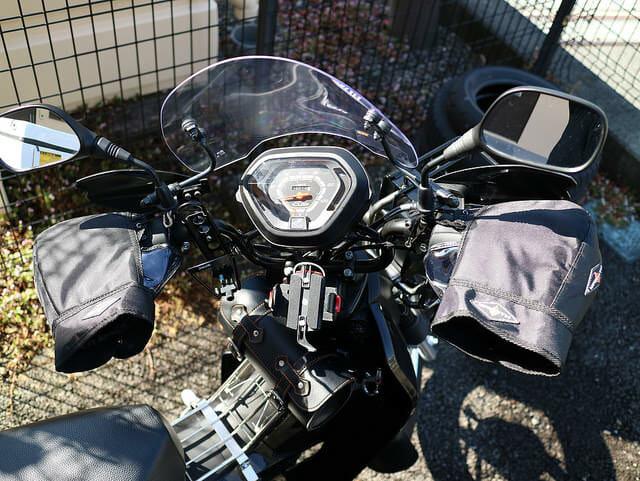 冬のバイクで指先の寒さを防ぐハンドルカバーをクロスカブに付けてみた