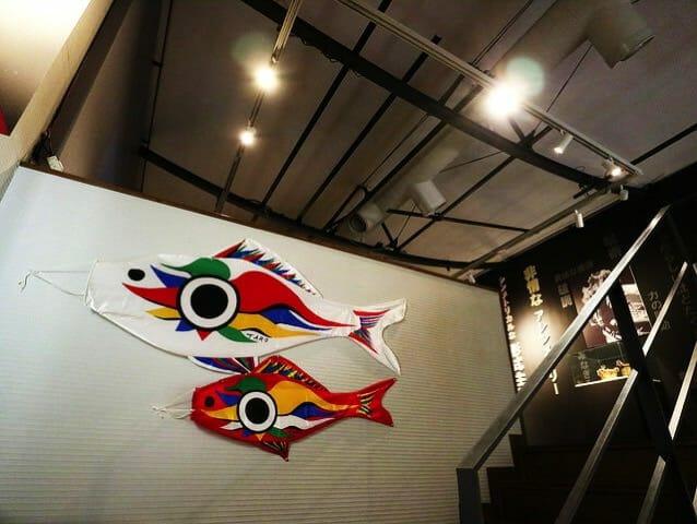岡本太郎記念館階段鯉のぼり