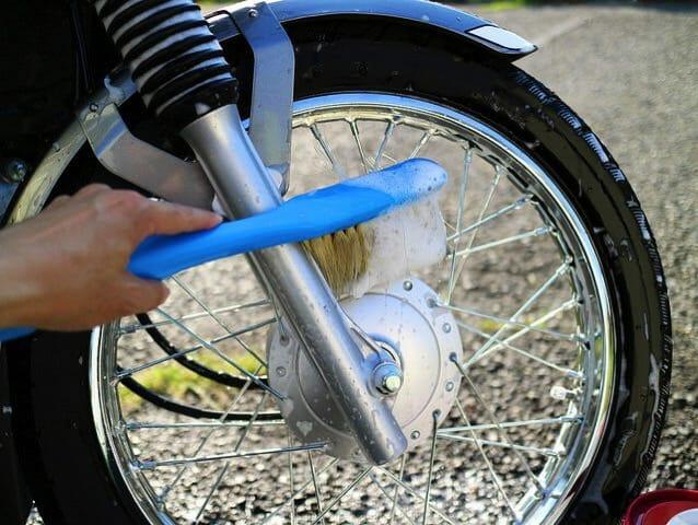 バイク洗車10水洗いシャンプーブラシ洗い2