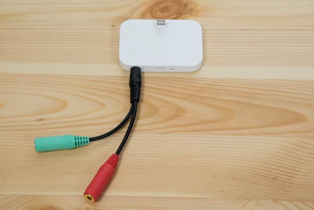 IPhoneスタンドのイヤホンジャックにヘッドホン+マイク用変換アダプター