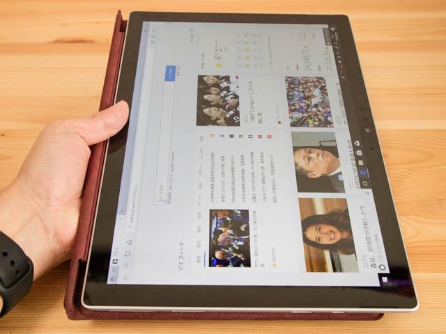 SurfacePro タブレットモードタイプカバー有り手持ち