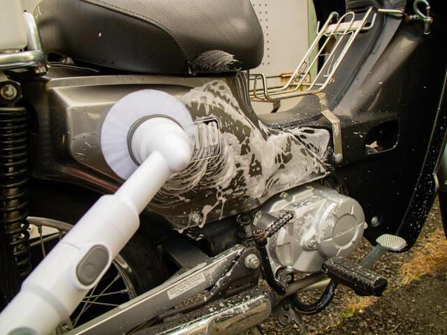 ラクな姿勢でお掃除でき、バイクの洗車もはかどるターボ スクラブ