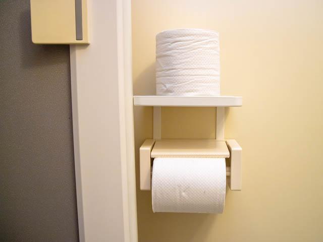 トイレ小物置き 扉干渉