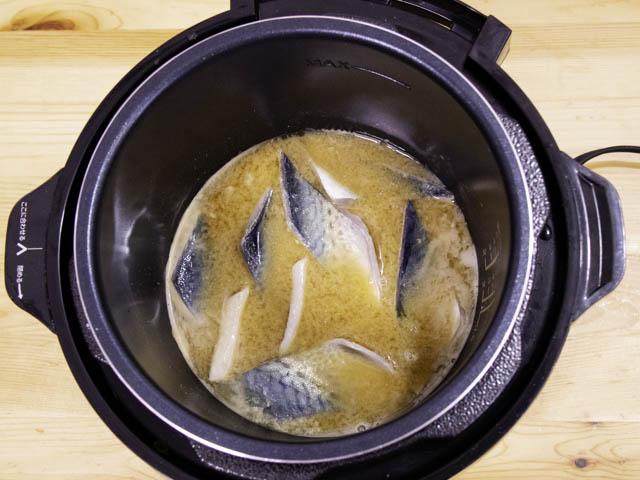 ショップジャパン-クッキングプロ サバの味噌煮-材料投入