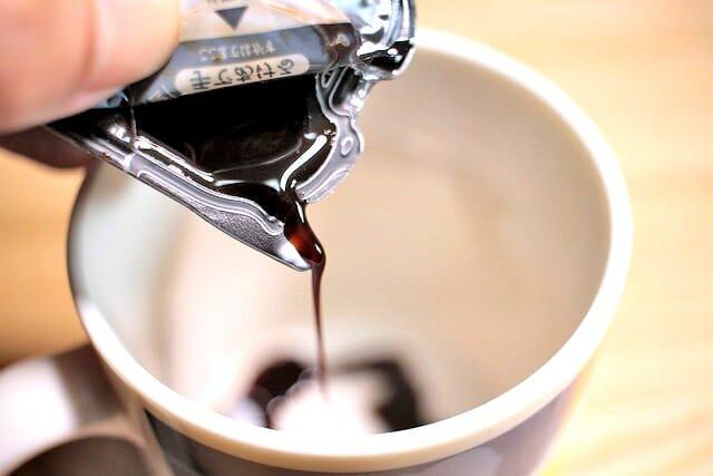 大人のチョコレートコーヒー注ぐ