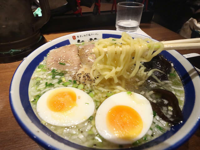東京ラーメンストリート㐂蔵牛タンねぎ塩ラーメン麺