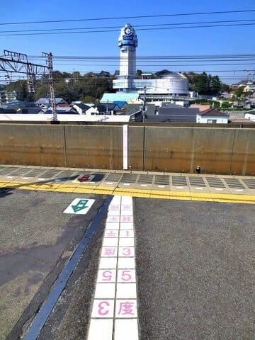 明石市人丸前駅ホーム子午線