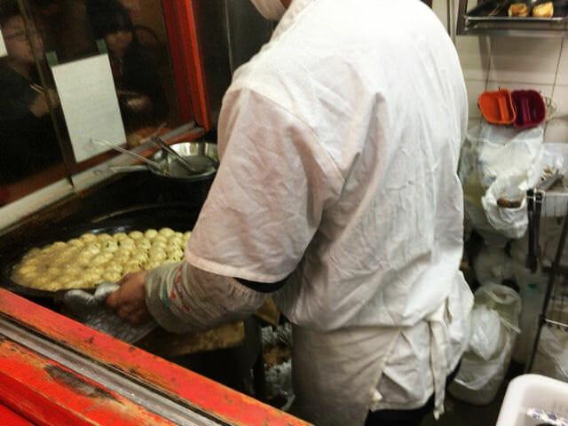 小陽生煎饅頭屋調理中