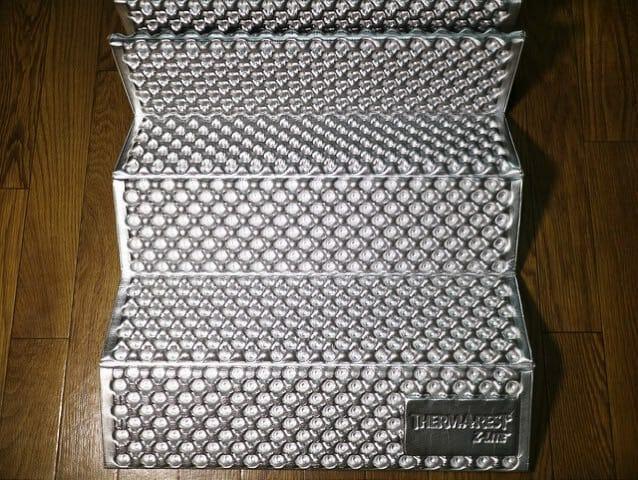 道具 サーマレスト寝袋マット広げる