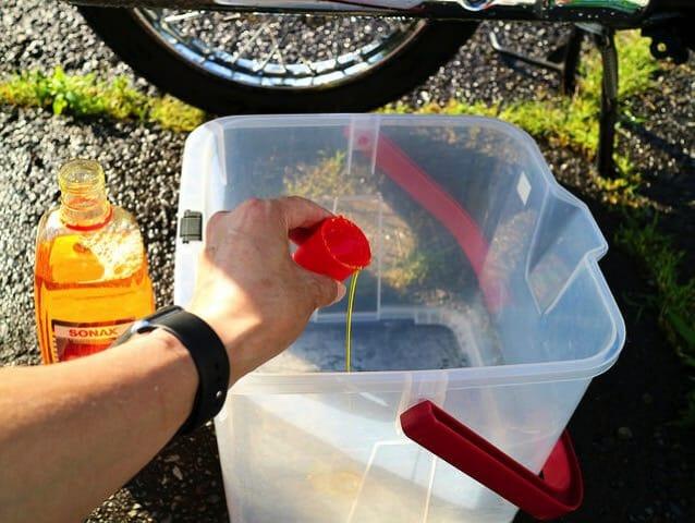 バイク洗車4水洗いシャンプー準備1