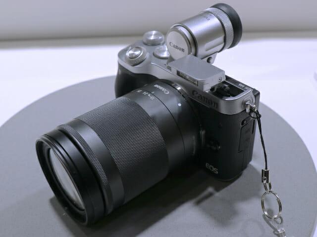 EOSM6 18 150mm正面左上フラッシュ