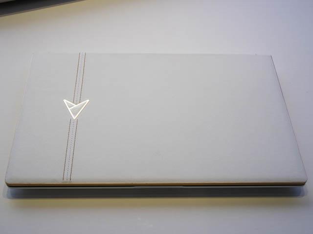ASUS-ZenBook-Edition30 天板革張り
